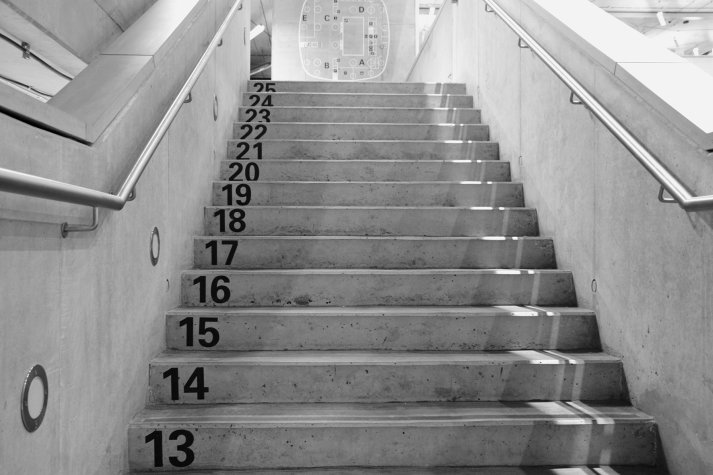 Popisky na schodech